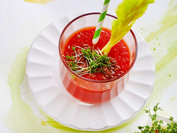 Tomaten-Sellerie-Drink mit Chili, Leinsamen & Kresse Rezept