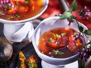 Tomaten-Suppe aus schwarzen Tomaten mit Kräuterpommes Rezept