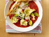 Tomaten-Tortellini-Topf mit Hähnchenspießen Rezept