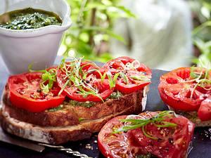 Tomatenbrot aus krausen Tomaten mit Olivenöl und Lauchzwiebeln Rezept