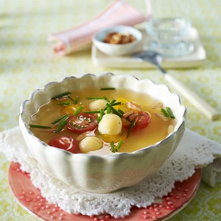 Tomatenconsomme mit Mini-Grießklößchen Kirschtomaten, Pinienkernen und Schnittlauch Rezept