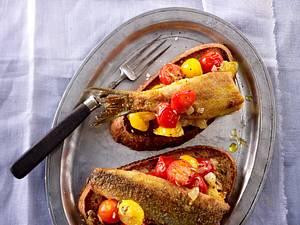Tomatenhäppchen mit Sauerteigbrot und Hering Rezept