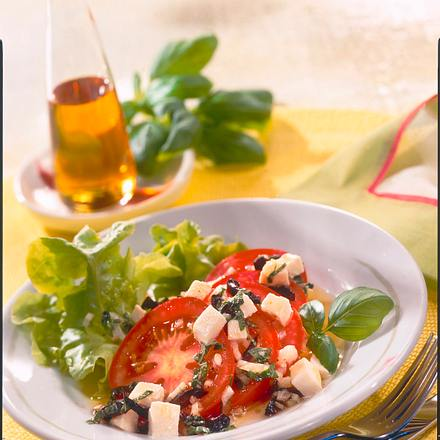 Tomatensalat mit Mozzarella und Oliven-Vinaigrette Rezept