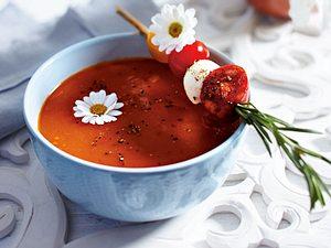 Tomatensuppe mit Mozzarellaspießchen Rezept