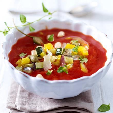 Tomatensuppe mit Zucchini, Tomaten, Paprika und Bohnenkernen Rezept