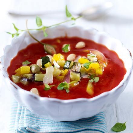 tomatensuppe mit zucchini tomaten paprika und bohnenkernen rezept. Black Bedroom Furniture Sets. Home Design Ideas