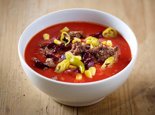 Tomatensuppe vier mal anders: mit Brotcroutons, gerösteten Knoblauch, Bacon und Schnittlauch Rezept