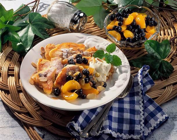 Topfenschmarrn mit Aprikosen und Heidelbeeren Rezept