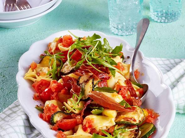 Tortellini mit Gemüse und Schinkenchips Rezept