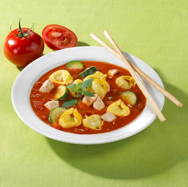 Tortelllini-Tomatensuppe und Grissinistangen Rezept