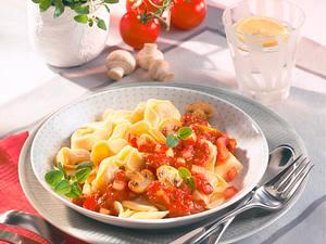 Tortelloni in Tomaten-Pilz-Kräutersoße Rezept