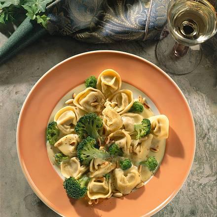 Tortelloni mit Broccoli in Käsesoße Rezept