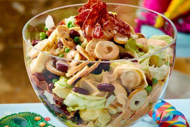 Tortellini-Schichtsalat mit Speck Rezept