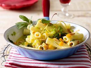 Tortiglioni mit gebratenen Möhren und Staudensellerie mit Salbei-Zitronen-Butter und Pinienkernen Rezept