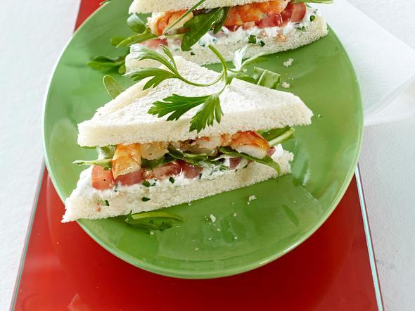 Tramezzini mit Kräuterquark, Garnelen, Tomaten und Rauke Rezept