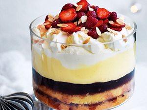 Trifle mit Traubengelee und Beeren Rezept