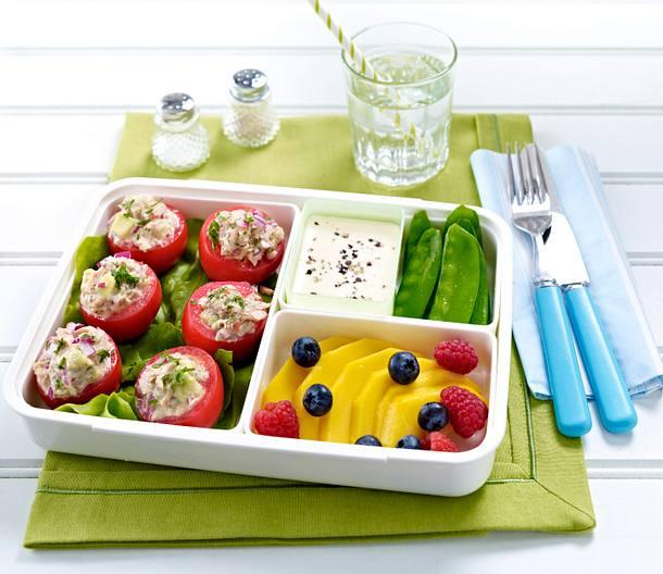 Tuna Avocado Salad in Tomatoes Rezept