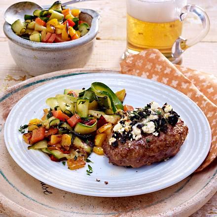 Überbackene Hacksteaks mit Oliven-Schafskäsekruste zu Paprika-Zucchini-Gemüse Rezept