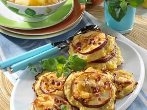 Überbackene Kartoffelplätzchen vom Blech zu Apfelmus Rezept