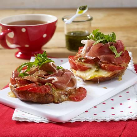 Überbackene Laugenbrötchen mit Parmaschinken, Tomaten und Mozzarella Rezept