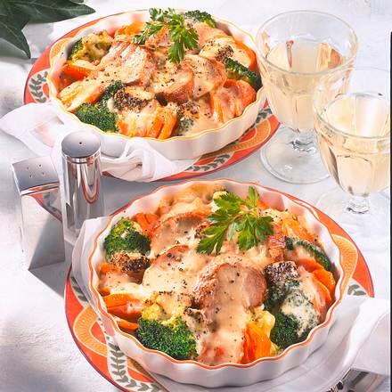 Überbackenes Schweinefilet im Möhren-Broccoli-Bett Rezept