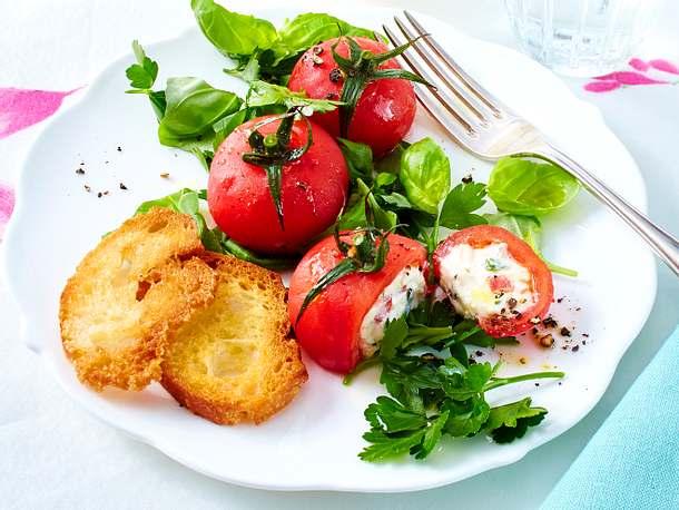 Überraschungs-Tomaten auf Kräutersalat Rezept