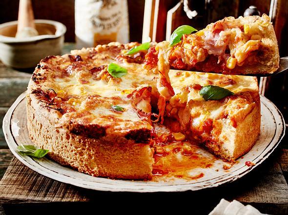 Üppig belegte Deep-Dish-Pizza Rezept