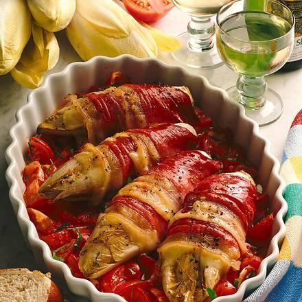 Umwickelter Chicoree auf Tomaten Rezept