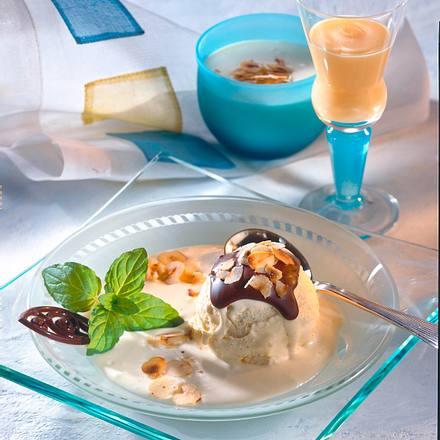 Vanille-Eis mit Schoko-Nuss-Kruste Rezept