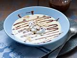 Vanille-Suppe mit Schneeklößchen, Schokostreifen und Mandelblättchen Rezept