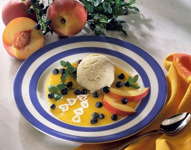 Vanilleeis auf Pfirsich-Püree mit Heidelbeeren Rezept