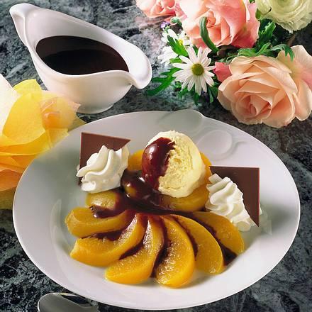 Vanilleeis auf Pfirsichhälften Rezept