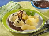 Vanilleeis mit Birnenspalten und Schokoladensoße Rezept