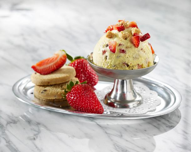 Vanilleeis mit Cookies und Erdbeeren Rezept