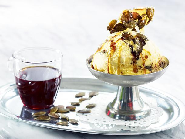 Vanilleeis mit karamellisierten Kürbiskernen und Kürbiskernöl Rezept