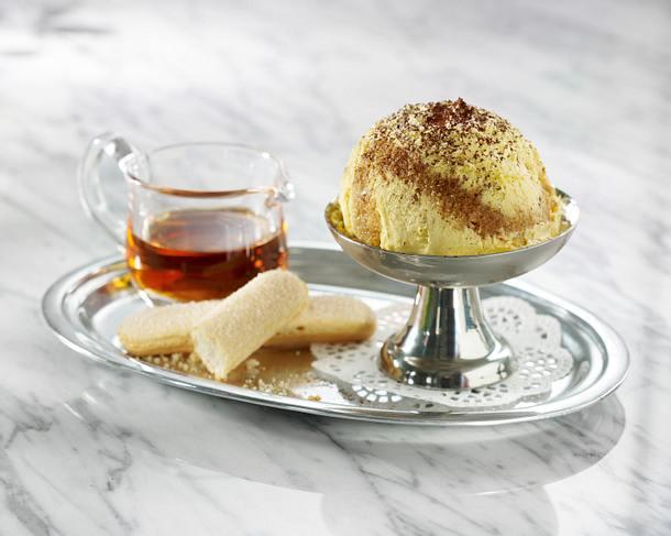 Vanilleeis mit mit Löffelbiskuit, Kaffeesirup und Kakao Rezept