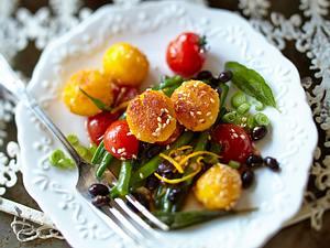 Variante mit schwarzen Bohnen/ Sesam-Orangen-Polenta-Bällchen auf Bohnen-Tomaten-Gemüse Rezept
