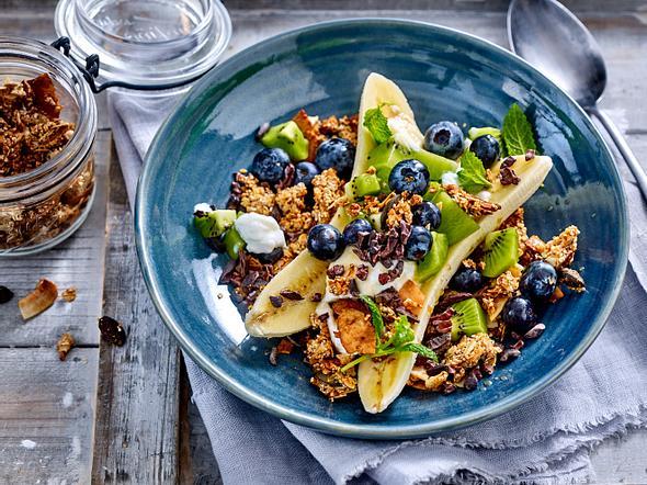 Vegane Frühstücks-Bowl mit Banane und Granola