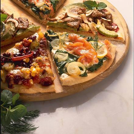 Verschiedene Pizzaböden mit unterschiedlichen Belägen Rezept