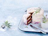 Verschneite Frischkäsetorte mit Heidelbeerfüllung Rezept