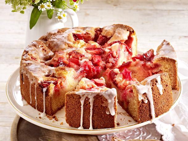 Versunkener Erdbeer-Rhabarber-Kuchen mit Zuckerguss Rezept