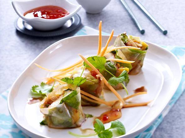 Vietnamesische Frühlingsrollen mit Garnelen, Mango, Kopfsalat und Erdnüssen Rezept