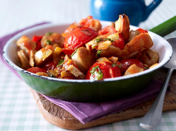 Volle Pfanne Tomaten, Brot und Bratwurst Rezept
