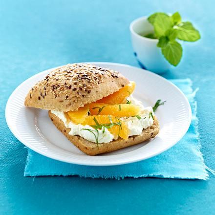 Vollkornbrötchen mit Frischkäse und Orangenfilets Rezept