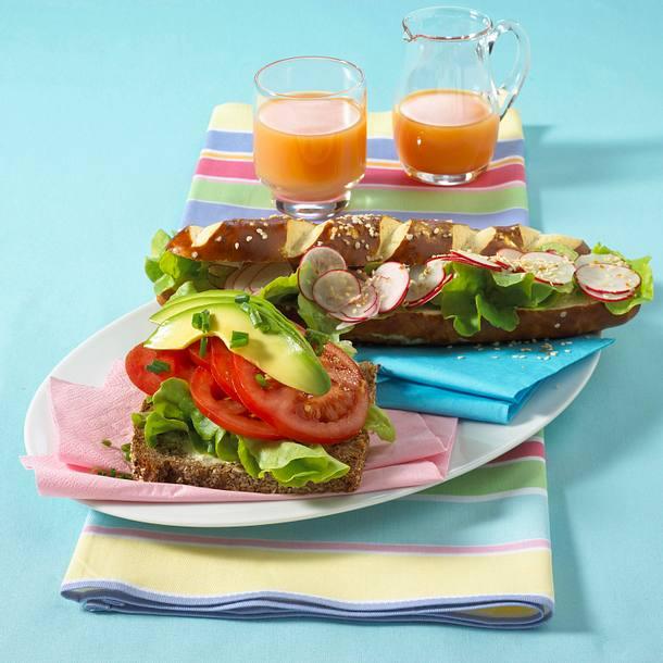 Vollkornbrötchen mit Tomaten und Avocado und Laugenstange mit Radieschen und Sesam Rezept