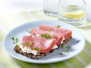 Vollkornbrot mit Lachsschinken, Meerrettichcreme und Kresse Rezept