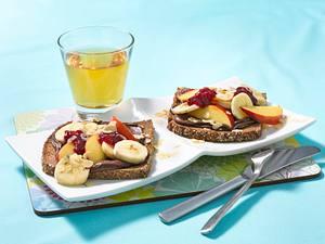 Vollkornbrot mit Nuss-Nougat-Creme, Banane, Nektarine, Haselnussblättchen und Konfitüre dazu Apfelsaft Rezept