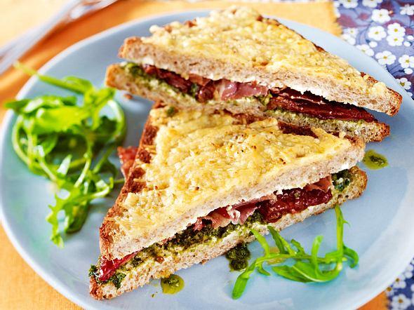 Vollkornsandwich mit getrockneten Tomaten, Pesto und Serranoschinken Rezept