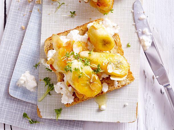 Vollkorntoast mit Banane, Hüttenkäse und Mandeln Rezept