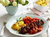 Wacholder-Nackenspieße mit Paprika-Zwiebelsoße und Gnocchi-Gratin Rezept